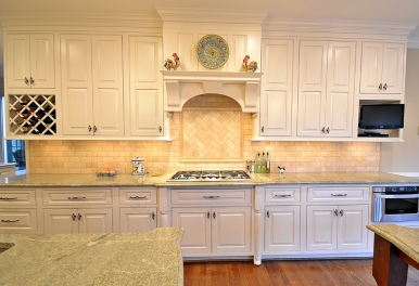 Travertine subway backsplash with herringbone accent, under-cabinet microwave